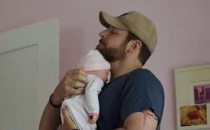 Parece que o Bebê verdadeiro estava doente e o substituto não apareceu para as gravações.